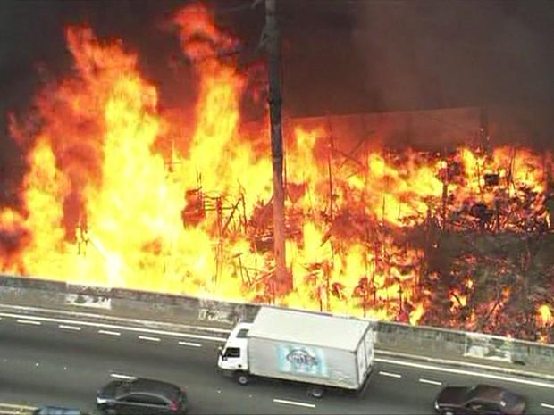 Incêndio em comunidade ao lado de uma via na região da Penha, em São Paulo (Foto: Reprodução/TV Globo)