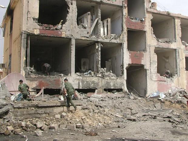 Forças sírias trabalham no local da explosão em Deir Al-Zor, neste sábado (19) (Foto: Reuters)