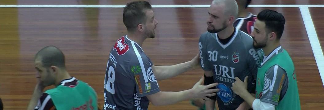 Jogadores de Atlântico Erechim e Corinthians batem boca após jogo de futsal