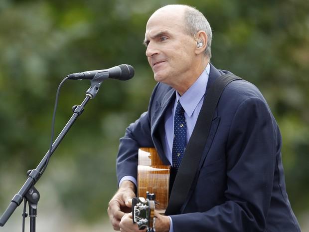 Cantor James Taylor se apresenta durante homenagem às vítimas dos atentados de 11 de setembro de 2001 (Foto: Brian Snyder/Reuters)