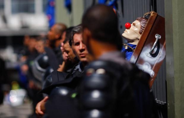 Trabalhadores de empresa contratada pelo Comperj dizem que estão há três meses sem salário (Foto: Ricardo Moraes/Reuters)