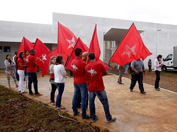 Grupo com bandeiras do PT durante inauguração de centro de internação de menores infratores no DF (Foto: Valter Zica/VC no G1)