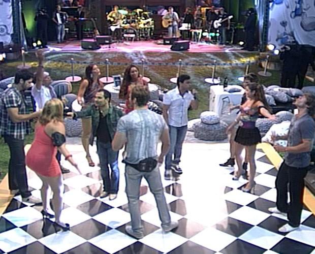 A dupla Zezé Di Camargo e Luciano conduziu os brothers até a pista de dança e cantou junto com eles. (Foto: BBB / TV Globo)