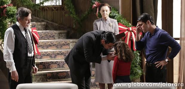 Franz sente o clima pesado e se preocupa com a filha (Foto: Fábio Rocha/TV Globo)