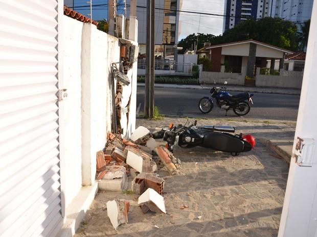 Motociclista colidiu contra um muro após perder controle  (Foto: Walter Paparazzo/G1)