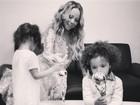 Filhos de Mariah Carey brincam com troféus da mãe