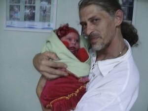 Emerson com a filha que nasceu de cesariana após confusão com hospital em Torres, RS (Foto: Arquivo Pessoal)