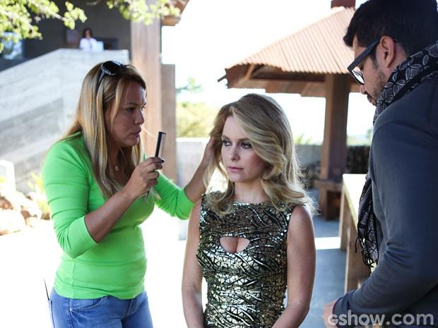 Na Califórnia, Cláudia recebe os últimos ajustes antes de entrar em cenas dos caracterizadores Monique Diogo e Fernando Torquatto (Foto: Aline Kras/TV Globo)