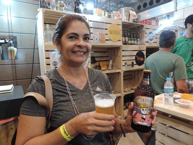 Turismóloga Ana Lúcia veio de Salvador e se encantou com sabor das cervejas artesanais pernambucanas (Foto: Moema França/G1)