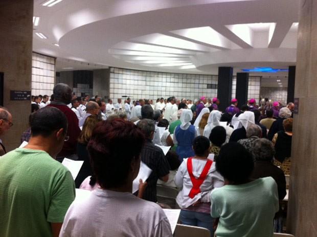 Fiéis lotam a Capela das Almas, no subsolo da Catedral Metropolitana do Rio (Foto: Alba Valéria Mendonça/G1)