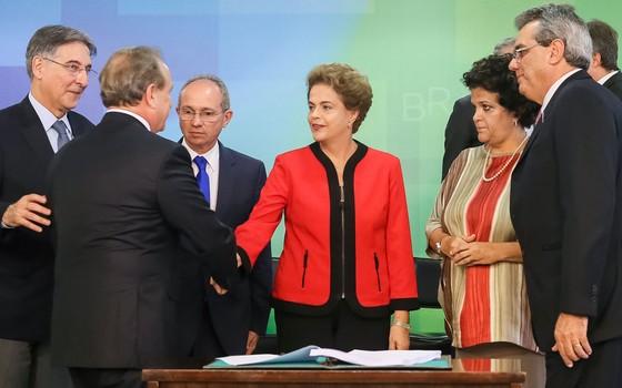 Presidente Dilma Rousseff cumprimenta o Presidente da Vale, Murilo Ferreira durante assinatura de Termo de Ajustamento de Conduta entre a União, os estados de Minas Gerais e do Espírito Santo e a Samarco Mineradora S/A no Palácio do Planalto (Foto: Roberto Stuckert Filho/PR)