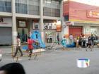 Pedestres reclamam de dividir espaço com barracas no centro de Taubaté