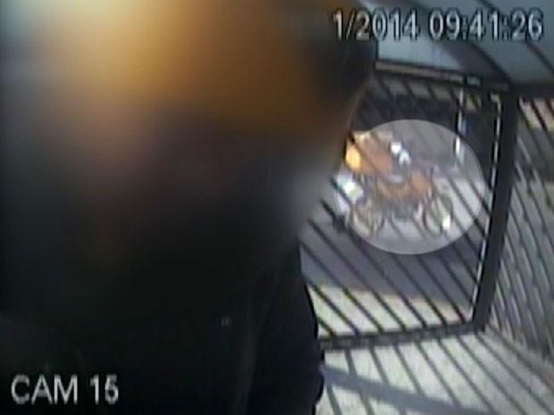 Vídeo flagra momento em que moto dos Correios é furtada em Sumaré (Foto: Reprodução / EPTV)