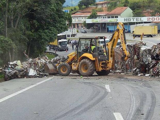 Tomba, carreta, sucata, BR-381, Fernão Dias, Itapeva (Foto: PRF Pouso Alegre)