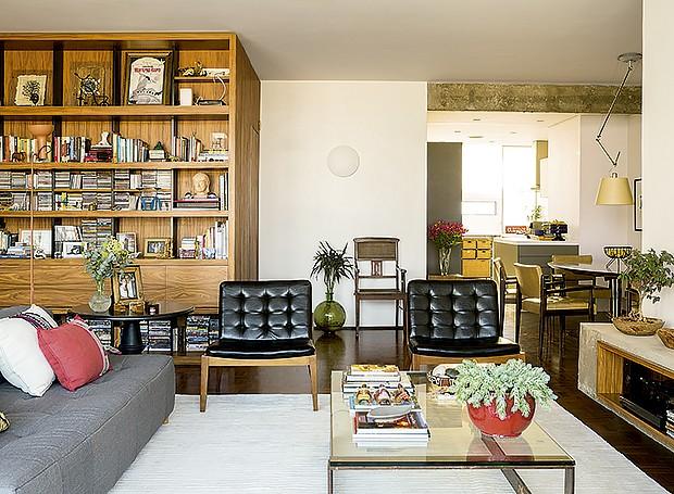 """Apelidados de """"catadores"""" pela família, os moradores adoram restaurar móveis. A cadeira encostada na parede era da tia-avó deMariana; a mesa de centro e as cadeiras da mesa de jantar, pertenciam a parentes de André. Poltronas da Espaço 204 e almofadas da  (Foto: Edu Castello/Editora Globo)"""