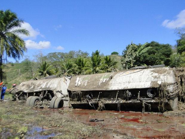 Caminhão tomba e motorista morre na BR-116. na Bahia (Foto: Blog Marcos Frahm)