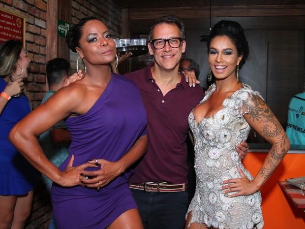 Adriana Bombom com o noivo, Adrien Cunha, e com Milena Nogueira em evento no Rio (Foto: Anderson Borde/ Ag. News)