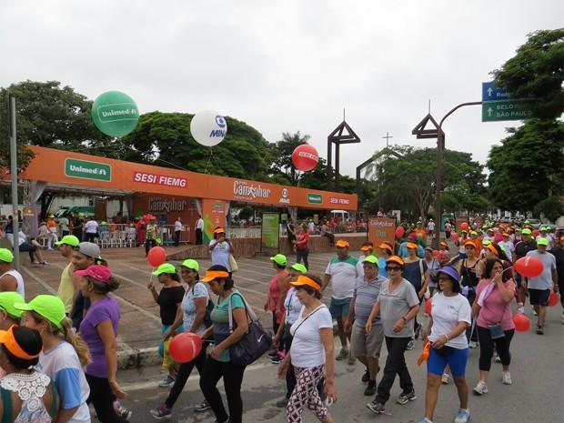 Caminhada foi feita na Praça Milton Campos, em Betim. (Foto: Gil Canaã/Divulgação)