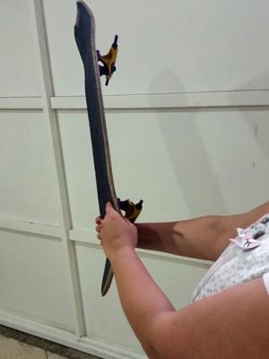 Estudante exibe o skate usado para agredir homem que ameaçou o filho dela (Foto: Tatiana Santiago/G1)