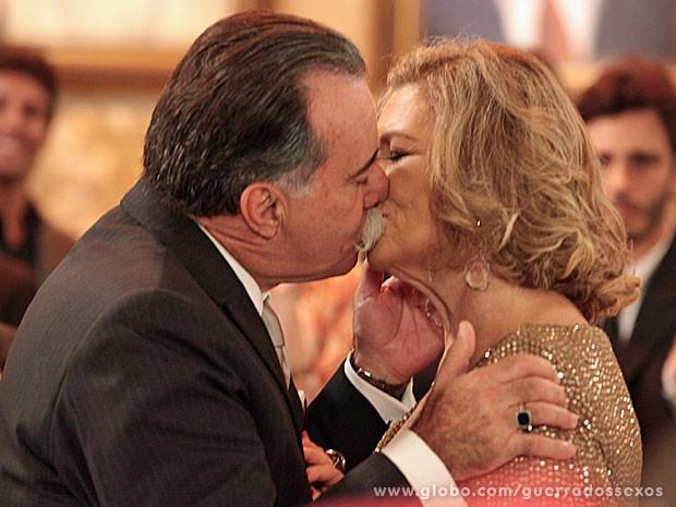 Casal se beija (Foto: Guerra dos Sexos / TV Globo)