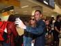 Sabrina Sato é recepcionada por fãs em aeroporto de SP e faz selfies