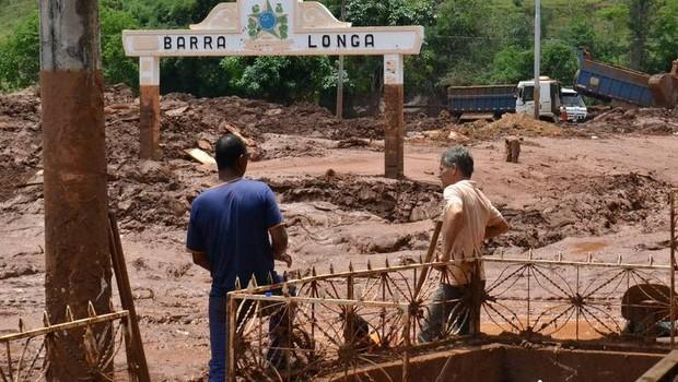 Moradores do município de Barra Longa, em Minas Gerais, observam os estragos causados pelo rompimento da barragem do Fundão, da Samarco (Foto: Reprodução/Facebook)