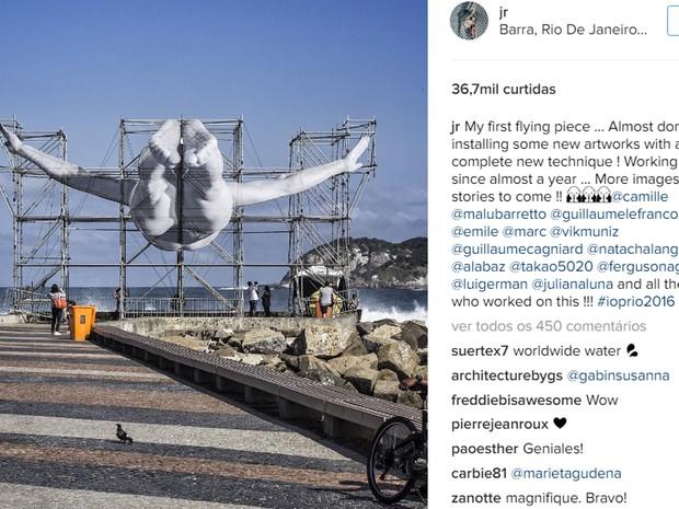 Instalação do artista francês JR no Quebra-Mar, na Barra da Tijuca, simula mergulho de atleta (Foto: Reprodução/Instagram)