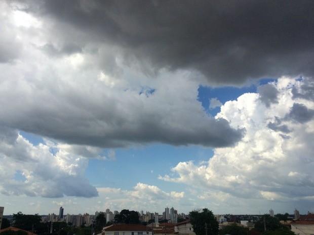 Céu de Campo Grande na tarde desta segunda-feira (19) (Foto: Adriel Mattos/G1 MS)