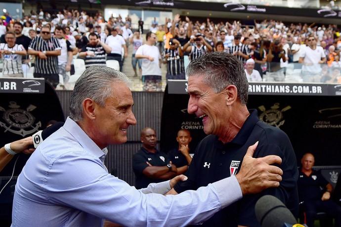 Os técnicos Tite (E), do Corinthians, e o argentino Edgardo Bauza, do São Paulo FC, antes da partida válida pela quarta rodada da primeira fase do Campeonato Paulista 2016 (Foto: SERGIO BARZAGHI/Gazeta Press)