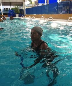Dona Maria do Carmo, hidroginástica (Foto: Larissa Vieira)