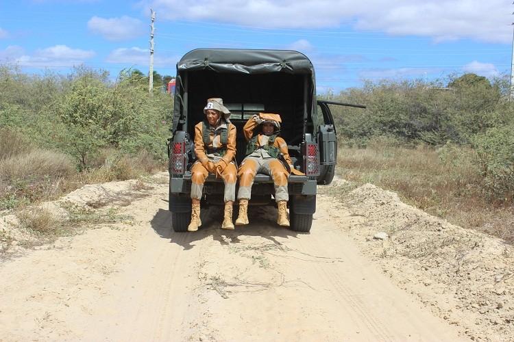 Anitta e Ludmilla se aventuram no sertão (Foto: Exército Brasileiro)