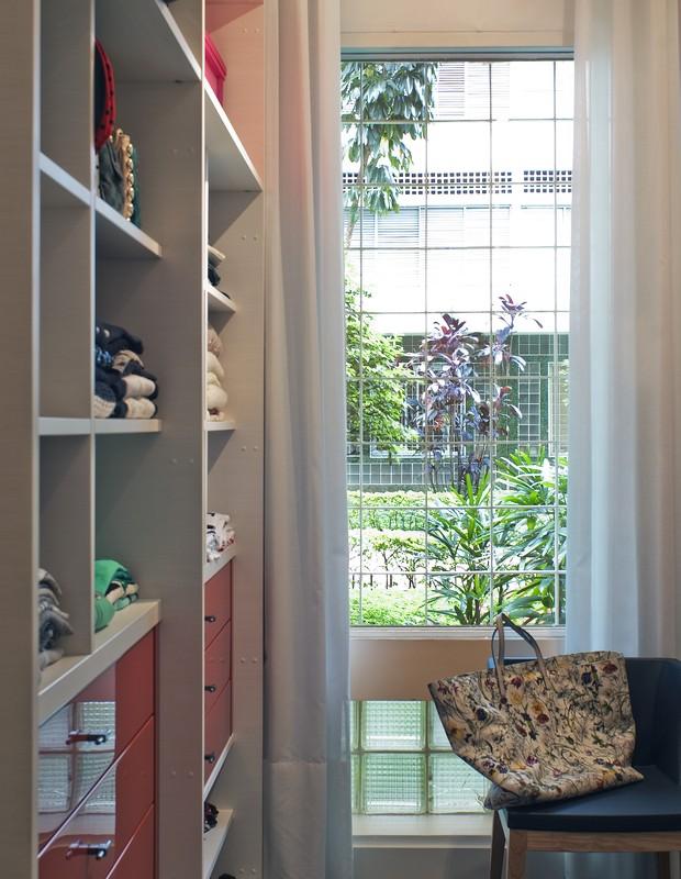 O closet ganhou armários da Marcenaria Florense e uma cadeira de madeira e couro sintético, da Marche Art de Vie (Foto: Celia Weiss/Divulgação)