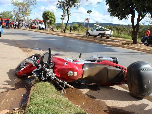 A motocicleta parou a uma distância de aproximadamente 40 metros do local do acidente. (Foto: Valdivan Veloso / G1)