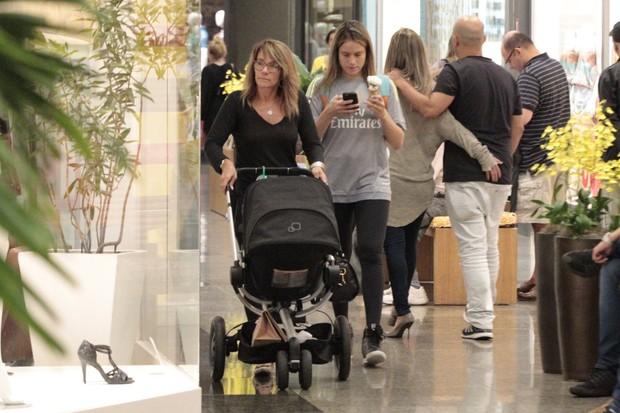 Fernanda Gentil passeia em shopping (Foto: AgNews)