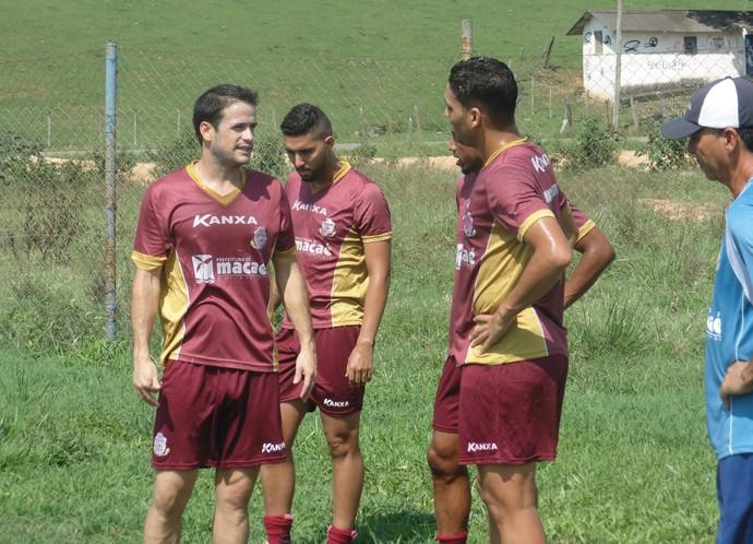 pipico e alisson, treino do macaé (Foto: Gustavo Garcia / GloboEsporte.com)