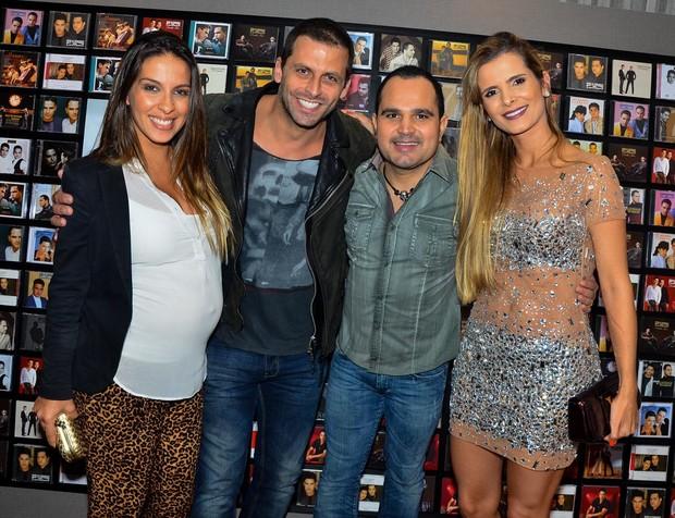 Henri Castelli com a namorada grávida, Luciano e a mulher, Flávia Fonseca (Foto: Caio Duran/Agnews)