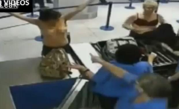 Kelly Hadfield-Hyde exibiu os seios em protesto no aeroporto de Manchester (Foto: Reprodução/Live Leak/Chong)