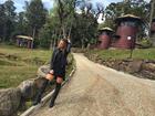 Marcela Fetter posa com botas até os joelhos em viagem romântica