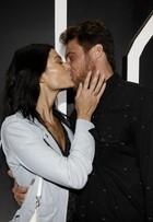 Ex-BBB Daniel Manzieri troca beijos com a namora no SPFW