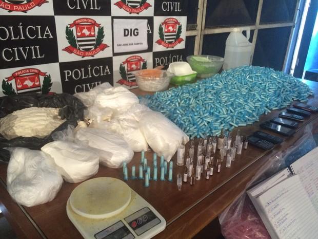 Material usado para refino de cocaína foi apreendido em casa do bairro Dom Pedro I, em São José dos Campos (Foto: Peterson Grecco )