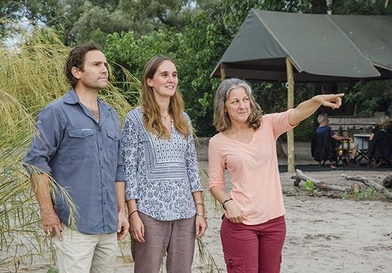 Os três fundadores do projeto Ecoexist – Graham McCulloch (esq), Anna Songhurst (centro) e Amanda Stronza (dir) – no acampamento do projeto Ecoexist no Okavango (Foto: © Haroldo Castro/ÉPOCA)