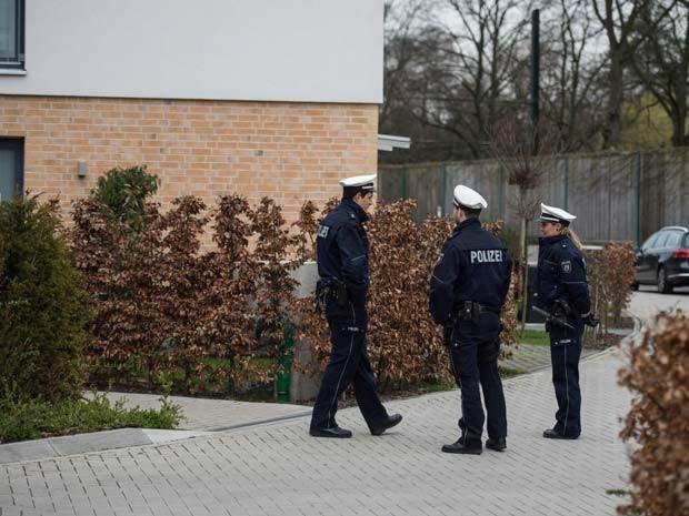 Policiais são vistos perto de apartamento em Düsseldorf nesta quinta-feira (26), durante investigação sobre o copiloto da Germanwings (Foto: AFP PHOTO / DPA / MAJA HITIJ GERMANY OUT)