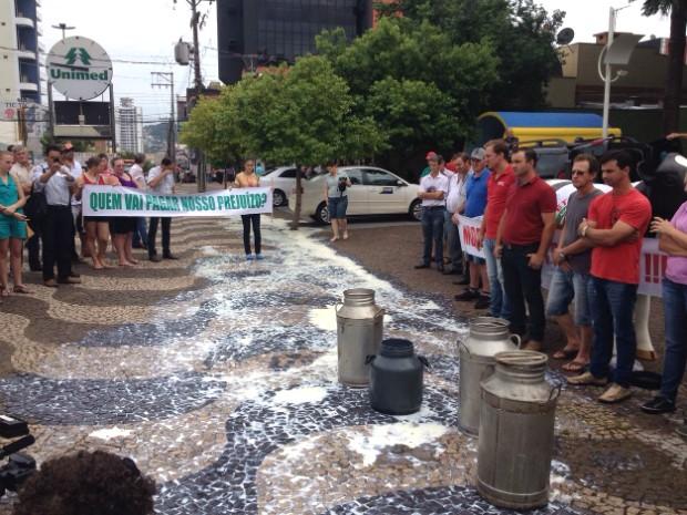 Em Francisco Beltrão, produtores de leite fizeram um ato no Centro da cidade para chamar a atenção para os prejuízos do setor (Foto: Michelli Arenza / RPC)