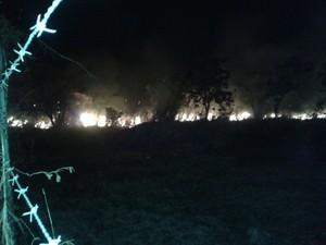 """Fogo está próximos das residências no bairro Paraviana (Foto: Camila Dall""""Agnol/ G1/RR)"""