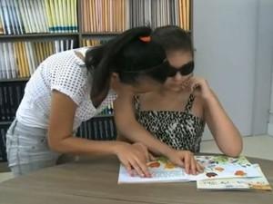 Na associação são oferecidas aulas de braile (Foto: Reprodução/RBS TV)