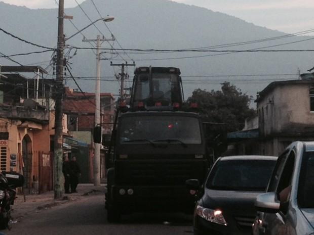 Retroescavadeiras do Batalhão de Operações Especiais (Bope) acompanham a operação para ajudar a remover as barricadas. (Foto: Guilherme Brito/G1)