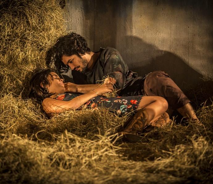Clima entre Miguel e Olívia é de puro romance (Foto: Inácio Moraes/ Gshow)