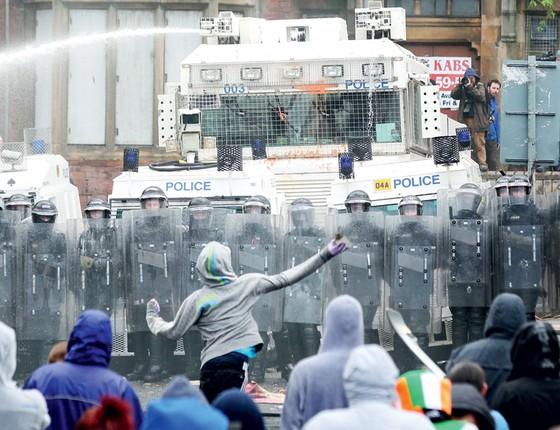 Manifestação em Belfast,na Irlanda do norte (Foto:  PETER MUHLY/AFP)