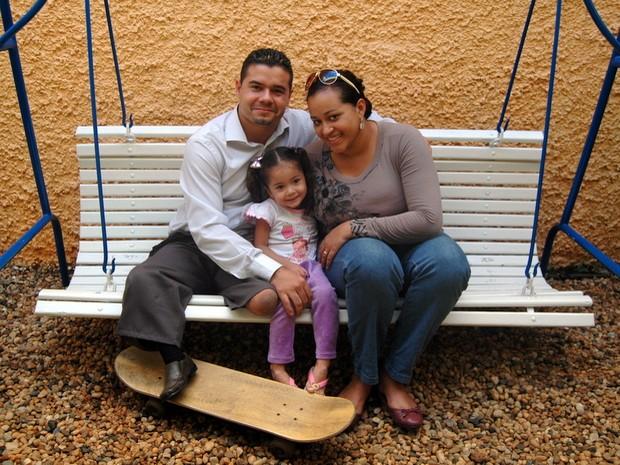 Leandro a mulher de 19 anos e a filha de 3 anos em Piracicaba (Foto: Fernanda Zanetti/G1)