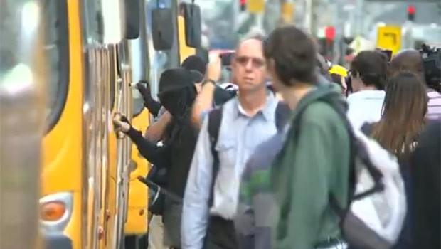 Manifestantes picharam ônibus e quebraram agências bancárias (Foto: Reprodução)